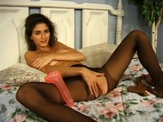 Rebecca Lord en collant se masturbe la chatte
